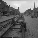 4394 Aanleg van tramrails op de Kleiweg, gefotografeerd vanaf Straatweg richting Bergpolderplein. Links: de Nassaukerk.