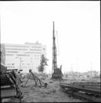 4396 Heistelling bij Hofplein, zijde Weena; start van graafwerkzaamheden bouwdok en heien van damwanden. Op de ...