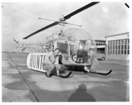 4405 Eelco Schuller bij de helikopter waarmee hij een zwemmer uit zee heeft gered.