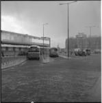 4412 Halteplaatsen bij stationsgebouw voor busverkeer, naast Stationsplein met op de achtergrond het Groothandelsgebouw.
