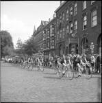 4435 Wielrenners fietsen in de 13e Ronde van Katendrecht op de Veerlaan.