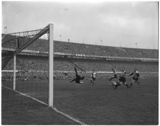 444-1 Spelmoment uit de voetbalwedstrijd Feyenoord - DOS.