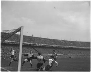 444-2 Spelmoment uit de voetbalwedstrijd Feyenoord - DOS.