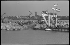 4467 Officiële handeling in verband met opening toegang naar de Europoort recht tegenover Hoek van Holland.