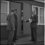 4495 Wethouder R. Langerak (rechts) opent het nieuwe clubgebouw van de speeltuinvereniging IJsselmonde. Verder van ...