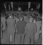 4516-1 Publiek, muziektent met dirigent.