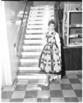 452-2 Dame showt zomerjurk van Esders bij trap.