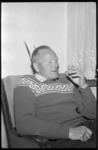 4527 De geredde hengelaar J. Breevaart in zijn huiskamer.