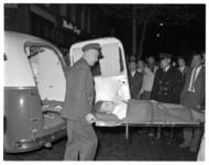 4538 Een gewonde van een schietpartij wordt bij de Old City Bar (West-Kruiskade) op een brancard de ziekenauto ingedragen.