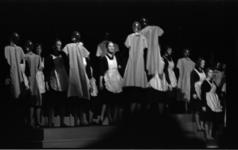 4552-1 Speelmoment tijdens de lustrum-musical De Witte Neushoorn van de Centrale Hervormde Jeugdraad in Groote ...