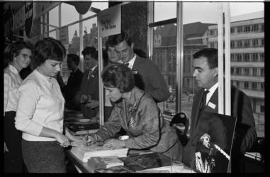 4564-1 Platenmarkt Bijenkorf met Rita Reys en Pim Jacobs.