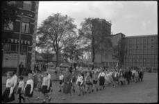 4577-1 Geuniformeerde wandelgroep loopt door de wijk Katendrecht. Op de achtergrond de torentjes van het hoofdkantoor ...