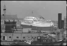 4587-1 Vertrek van de veerboot Koningin Wilhelmina bij de steiger.