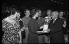 4602 Mevrouw L. Jarrett-Valk, huisvrouw van het Jaar 1960, krijgt als finaleprijs een mixer van Femina-voorzitter C. ...