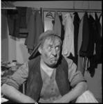 4608 Toneelspeler Johan Kaart als 'Doolittle' in de musical 'My Fair Lady', gefotografeerd in een kleedkamer van het ...