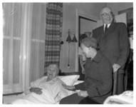 4615 Mevrouw J.M. Putting-den Hoed ontvangt in haar woning in de Adamshofstraat 113a burgemeestersechtpaar Van Walsum.