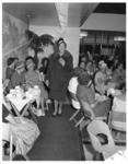 4616-1 Interieur van de firma Meddens (Lijnbaan 54) met publiek en op de trappen modellen die kleding showen.