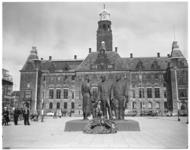 4618 Monument voor alle gevallenen 1940 op Stadhuisplein met krans, op de achtergrond het stadhuis.