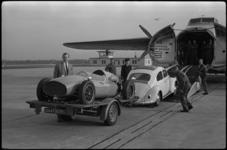 4626 Autocoureur Godin de Beaufort met sportwagen op vliegveld Zestienhoven.