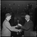4642 Burgemeester G.E.van Walsum reikt prijzen uit van het elfde CHJ-herfsttoernooi in Jeugdcentrum De Heuvel.