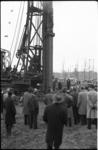 4645-1 Heistelling en mensen bij het slaan van eerste damwand metrobouw Weena.