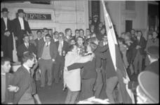 4649-1 Studenten tijdens de viering van de 47e dies natalis, met vlag en harmonie voor Sociëteit Hermes aan de ...