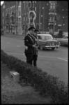 4666-1 Twee agenten van de verkeerspolitie controleren met een zogenaamde Gatsometer autosnelheden op de rijbaan van de ...