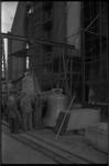 4711 De laatste drie klokken voor het carillon in de Laurenskerktoren staan voor de kerk.