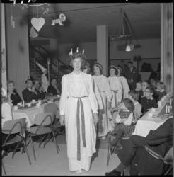 4730 Mevrouw Kerstin Voorst-Sahlberg draagt de kroon met kaarsen van het Zweedse Luciafeest.