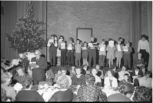 4761-1 Kerstmaaltijd voor zeemansgezinnen in de Pauluskerk.