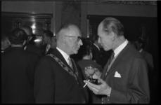 4776-1 Burgemeester Van Walsum in gesprek met acteur My Fair Lady.