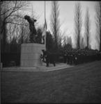 4783 Commandant Korps Mariniers, J.G.M.Nass, plaatst krans bij het monument op het ereveld op begraafplaats Crooswijk.