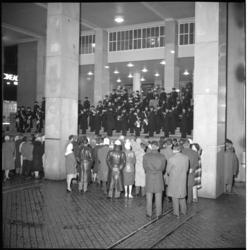 4787-1 Publiek en optreden van Marinierskapel tijdens taptoe op de trappen van het Beursgebouw aan de Coolsingel/Beursplein.