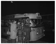4795 Mensen verdringen zich bij de bestuurdersingang van buslijn 58 (eindhalte Jongkindstraat).
