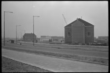 4808 Kerkgebouw, gemeentesecretarie en postkantoor aan de Aveling in Hoogvliet.In de verte op het dijkje is nog een ...