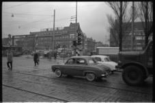 4819-1 De Lage Erfbrug vanaf de Havenstraat. Aan de overkant hoek Aelbrechtskade met de Nieuwe Binnenweg een ...