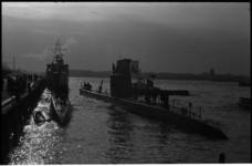 4825-1 De Zweedse duikboten 'Hajen' en 'Bavern' meren af aan de Parkkade.