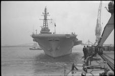4841-1 Het vliegdekschip Minas Gerais wordt met sleepboten buitengaats gebracht.