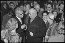 4845-1 Burgemeester Van Walsum met echtgenote op afscheidsreceptie van ds. M.L.W. Schoch (l) in gebouw De Heuvel.