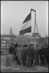 4869-1 De vlag gaat uit na het bereiken van het hoogste punt van de nieuwbouw van de Sint-Dominicuskerk.