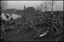 4893-1 IJspret op de vijver in het (latere) Vroesenpark. Op de achtergrond de Sint-Albertuskerk aan de Nicolaas Ruyschstraat.