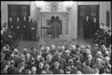 4898 Genodigden voor de oudejaarsbijeenkomst Havenvereniging Rotterdam luisteren in de Burgerzaal naar toespraak van ...