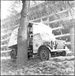 490 Een vrachtauto van Van Gend en Loos botste tegen een boom in de Kievitslaan. Op de achtergrond is Parkflat in aanbouw.