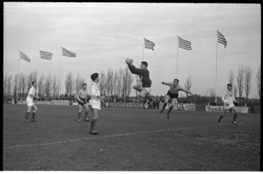 4916 Voetbalwedstrijd Xerxes - Mok.