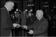 4922-1 Burgemeester Van Walsum overhandigt dirigent E. Flipse de Van Oldebarneveltpenning.