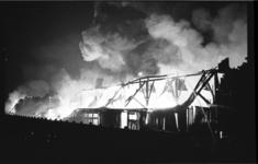 4935-1 Brand aan de Stadionweg bij Kraanbull, ijzer- en dumpgoederenhandel Feijenoord.