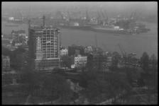 4946 Overzicht vanaf Euromast richting in aanbouw zijnde Van Ommerenkantoor aan de Westerlaan 10 en Nieuwe Maas.