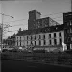 4952 Buitenzijde van witte panden aan de Schiekade met op de achtergrond hoogbouw van J.P. Wyers' Industrie- en ...
