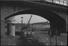 4958-1 Treinviaduct Hofpleinlijn in Zomerhofkwartier- met lantaarnpaal en urinoir.