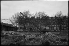 4958-2 Afbraak in Zomerhofkwartier met links het treinviaduct van de Hofpleinlijn.